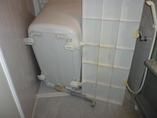 浴槽の裏側の汚れを掃除