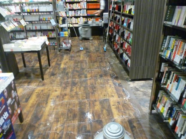 閉店後の床掃除