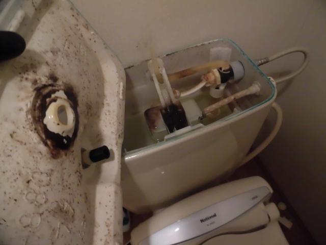 京都でトイレタンクと便座内部の掃除