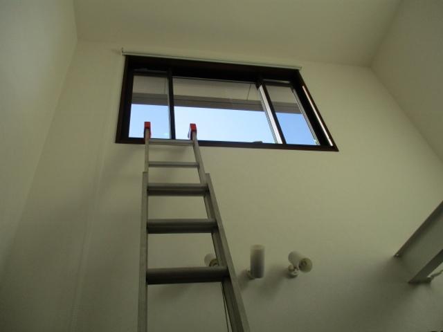 ハシゴで吹き抜け窓掃除