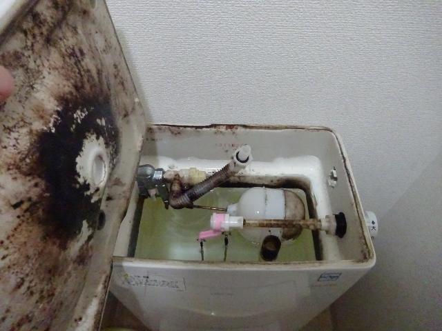 奈良市でトイレ・タンクと便座内部のハウスクリーニング・掃除